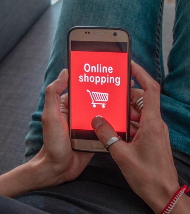 online-shopping-concept-closing-hands-using-a-smartphone-with-a-touch-screen-writing-online-shopping_t20_aal6Op